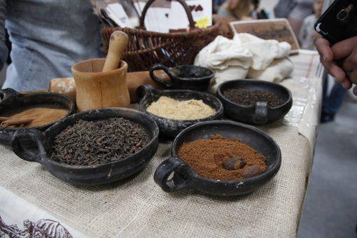 przyprawy w glinianych naczyniach na targach podrozniczych
