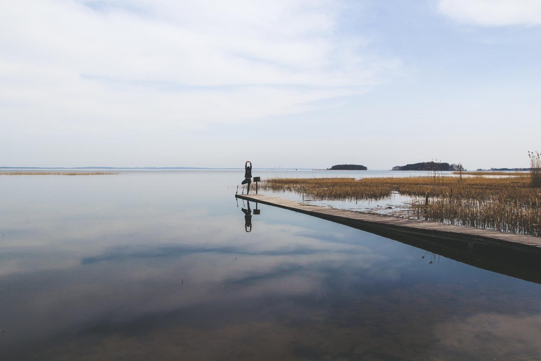 dziewczyna na molo na pojezierzu mazurskim