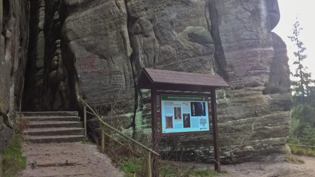 tablica informacyjna w skalnym miescie