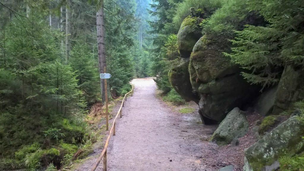 szlak na trasie w skalnym miescie