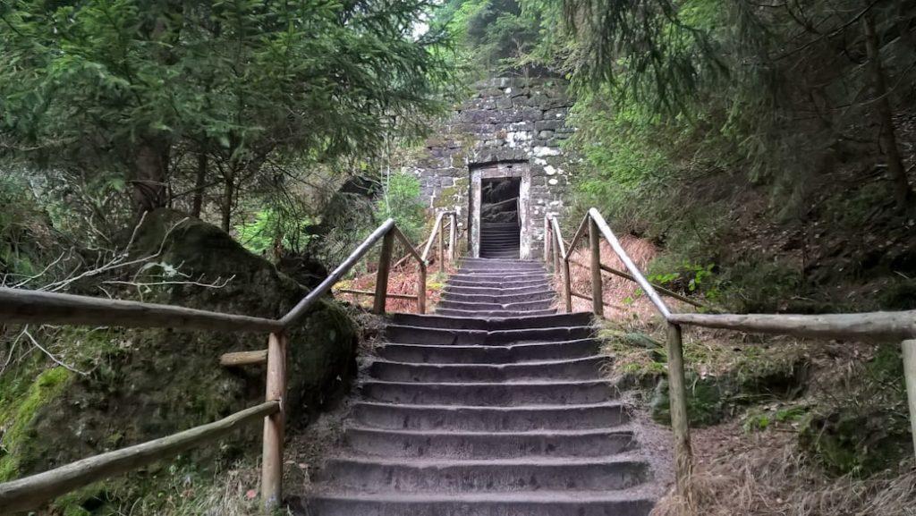 schody w skalnym miescie