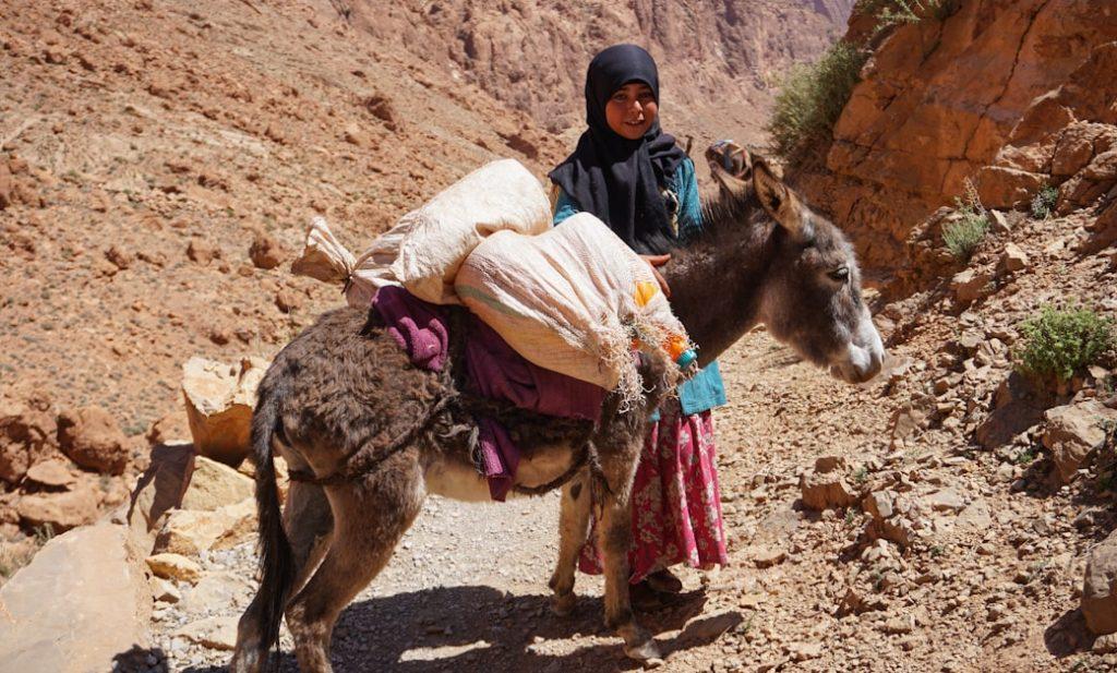 Dziewczynka z ludu Tuaregów spotkana w górach Atlas